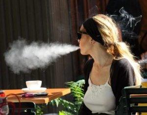 Lindsay Lohan smoke