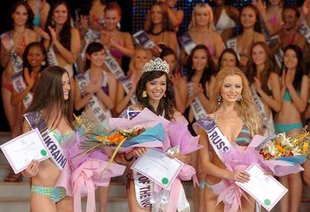 Sang juara Yoke Paramita Djati Walujo dari Bali Indonesia, diapit runner-up dari Russia (kanan) dan runner-up ke-2 dari Ukraina, dalam rangka Miss Tourism Queen International 2009 di Xinyang, propinsi Henan Cina Tengah, pada 17 Agustus 2009