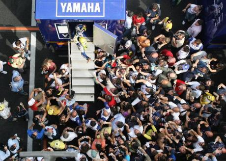 n485520_223318_Valentino+Rossi+greeted+by+his+fans+after+qualifying+at+Mugello-1280x960-jun1.jpg._original.original